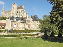 Saint-Leu-d'Esserent - Mairie et abbatiale.jpg