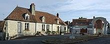Maison ancienne place du Chatelet Dun-sur-Auron.jpg